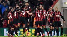 Selebrasi pemain Bournemouth atas gol pertama pada laga lanjutan Premier League yang berlangsung di stadion Dean Court, Bournemouth, Kamis (31/1). Bournemouth menang 4-0 atas Chelsea. (AFP/Glyn Kirk)