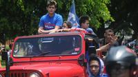 Cristian Gonzales dan keluarga naik jip warna merah saat arak-arakan Arema FC juara Piala Presiden 2017. (Bola.com/Iwan Setiawan)