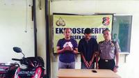 Dari tangan pengemudi ojek daring itu, polisi mengamankan barang bukti uang sebesar Rp 2,35 juta. (Liputan6.com/Reza Perdana)