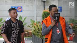 Anggota DPRD Kota Malang Syamsul Fajrih (kanan) tiba Gedung KPK, Jakarta, Kamis (22/11). Syamsul akan menjalani pemeriksaan penyidik KPK sebagai tersangka. (Merdeka.com/Dwi Narwoko)