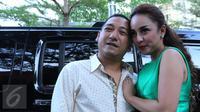 Regina dan suaminya, Krisna Murti tampil mesra usai menggelar konferensi pers, Jakarta, Kamis (7/1/2015). Regina mengaku mendapat mahar 1 M dari suami ketiganya tersebut. (Liputan6.com/Herman Zakharia)