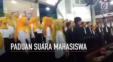 Paduan Suara Sekolah Tinggi Agama Islam Negeri Salatiga di kebaktian Paskah Gereja Kristen Jawa Sidomukti, Salatiga