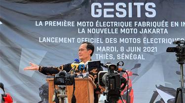 Dubes RI Dakar, Dindin Wahyudin, mempromosikan motor listrik GESITS di Senegal. (Dok: Kemlu RI)