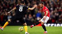 Gelandang Manchester United, Bruno Fernandes, menendang bola saat melawan Wolverhampton Wanderers, Matt Doherty, pada laga Premier League di Stadion Old Trafford, Sabtu (1/2/2020). Kedua tim bermain imbang tanpa gol. (AP/Martin Rickett)