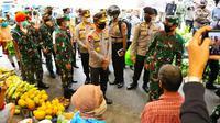 Panglima TNI Marsekal Hadi Thajanto dan Kapolri Jenderal Idham Aziz ketika meninjau pasar di Pekanbaru. (Liputan6.com/M Syukur)