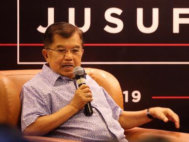 Wapres Jusuf Kalla menjawab pertanyaan dari kaum muda millenial di komunitas Kamis Kerja, Jakarta, Kamis (21/3). Dialog tersebut untuk mengenal sosok Jokowi dari mata seorang JK yang telah mendampinginya  5 tahun terakhir. (Liputan6.com/Fery Pradolo)