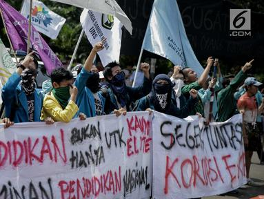 Sejumlah peserta aksi yang tergabung dalam Aliansi Badan Eksektutif Mahasiswa Seluruh Indonesia (BEM SI) membawa spanduk saat mengikuti aksi longmarch menuju Istana Merdeka, Jakarta, Senin (22/5). (Liputan6.com/Faizal Fanani)