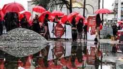 Suasana unjuk rasa sejumlah wanita pekerja seks di Skopje, Makedonia (17/12). Para pekerja seks ini memprotes kekerasan yang mereka alami, dan hukuman untuk klien prostitusi. (AFP Photo/Robert Atanasovski)