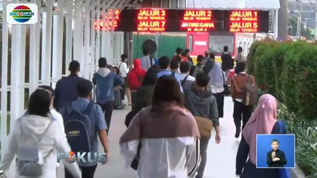 Di Stasiun Cilebut, Bogor, calon penumpang tampak menunggu kereta yang akan menuju Jakarta.