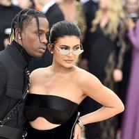 Kylie Jenner benar-benar bahagia bersama dengan Travis Scott. (Theo Wargo - Getty Images - Cosmopolitan)