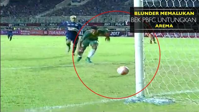 Bek PBFC melakukan blunder yang berakibat gol untuk lawannya, Arema FC.