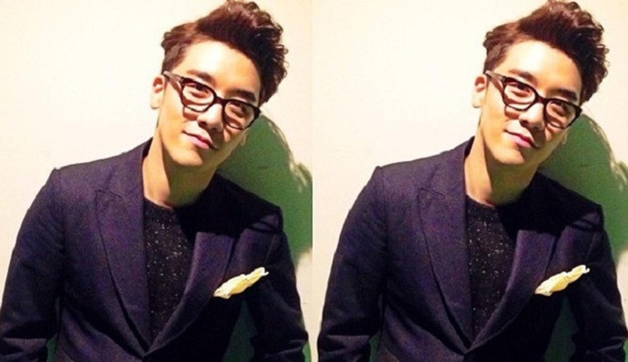 Seungri BigBang memang dikenal sebagai salah satu idol Korea Selatan yang punya wajah menawan. Akan tetapi saat memakai kacamata, ia terlihat berkharisma dan menawan. (Foto: soompi.com)