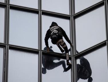 Aksi Spiderman Prancis Panjat Gedung 48 Lantai