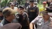 Warga memprotes rusaknya jalan desa akibat penambangan liar. Sementara itu, petugas lapas narkotika Gintung perketat keamanan.