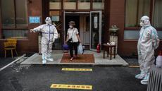 Seorang perempuan yang sudah menyelesaikan masa karantina keluar dari lokasi karantina khusus di Beijing, ibu kota China, pada 7 Juli 2020. Mulai Selasa (7/7), orang-orang yang berisiko tinggi terpapar COVID-19 di pasar Xinfadi akan secara bertahap dibebaskan dari karantina. (Xinhua/Peng Ziyang)