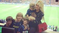 Wanda Nara, istri dari Kapten Inter Milan, Mauro Icardi, bersama anak-anaknya menyaksikn laga La Beneamata. (Instagram)