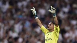 Keylor Navas adalah kiper Real Madrid sejak musim 2014/2015 dan hijrah ke PSG pada musim 2019/2020. Ia berjasa antarkan El Real raih trofi Liga Champions tiga kali berturut-turut dan tercatat pernah tampil sebanyak 162 pertandingan dengan 52 clean sheet. (Foto: AFP/Javier Soriano)