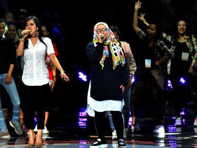 Syahrini dan Melly Goeslaw melakukan Gladiresik HUT 26 SCTV di Istora Senayan, Jakarta, Selasa (23/8). Penyanyi pemilik jargon 'sesuatu' itu akan berkolaborasi dengan Melly Goeslaw membawakan lagunya bertajuk Seperti Itu. (Liputan6.com/Johan Tallo)