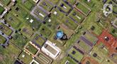 Foto udara Tempat Pemakaman Umum (TPU) Tanah Kusir, Jakarta (13/5/2021). Gubernur DKI Jakarta Anies Baswedan menetapkan larangan ziarah kubur saat Lebaran untuk menghindari adanya kerumunan. Namun terdapat beberapa warga yang masih melakukan ziarah kubur. (Liputan6.com/Johan Tallo)