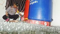 Kapolresta Pekanbaru memperlihatkan ribuan botol miras oplosan. (Liputan6.com/M Syukur)
