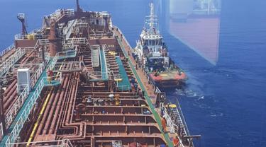 Sebanyak 16 ABK yang kapalnya terbakar hebat di Laut Jawa, Bangka Belitung, berhasil diselamatkan oleh awak Kapal MT Queen Majesty. (Liputan6.com/Ahmad Adirin)