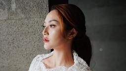 "Pelantun lagu ""Lagi Syantik"" saat pakai outfit gaun putih dengan hiasan atasan jaring-jaring itu membutanya terkesan flawless namun tetap simpel. (Liputan6.com/IG/@sitibadriahh)"