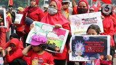 Sejumlah anak terlihat dalam aksi unjuk rasa menolak pengesahan UU Omnibus Law Cipta Kerja di Kawasan Patung Kuda, Jakarta, Jumat (16/10/2020). Meski sudah ada imbauan untuk tidak membawa anak-anak dalam aksi unjuk rasa namun sejumlah orang tua tetap menyertakan. (Liputan6.com/Helmi Fithriansyah)