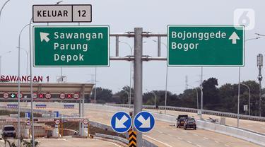 Mobil proyek melintasi ruas Tol Depok-Antasari (Desari) seksi II di Depok, Jawa Barat, Jumat (1/5/2020). Tol Desari seksi II sepanjang 6,30 kilometer yang rencananya mulai beroperasi pada April 2020 ini, terpaksa ditunda karena pandemi COVID-19 dan penetapan PSBB. (Liputan6.com/Johan Tallo)