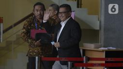 Sekjen PDIP, Hasto Kristiyanto melambaikan tangan usai menjalani pemeriksaan di Gedung KPK, Jakarta, Jumat (24/1/2020). Hasto diperiksa sebagai saksi untuk tersangka Saeful merupakan staf Hasto terkait kasus suap penetapan pergantian antar waktu (PAW) anggota DPR 2019-2024. (merdeka.com/Dwi Narwoko)