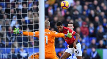 Striker Manchester United, Marcus Rashford (tengah) menyundul bola ke gawang Leicester City saat bertanding pada Premier League di King Power Stadium, Leicester, Inggris, Minggu (3/2). Gol tunggal Rashford bawa MU taklukkan Leicester. (Ben STANSALL/AFP)