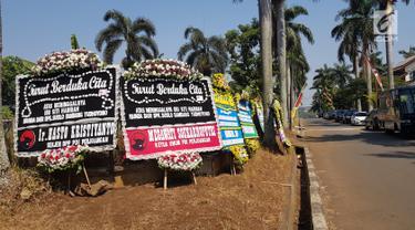 Karangan bunga untuk almarhumah Siti Habibah, Ibunda Presiden ke-6 RI, Susilo Bambang Yudhoyono (SBY) di Puri Cikeas, Bogor, Sabtu (31/8/2019). Salah satu karangan bunga duka cita dikirim Presiden Ke-5 RI Megawati Soekarnoputri dan Sekjen DPP PDIP Hasto Kristiyanto. (Liputan6.com/Herman Zakharia)