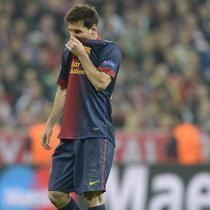 Lionel Messi tertunduk usai timnya menelan kekalahan 0-4 saat melawan Bayern Munchen pada leg pertama semifinal Liga Champions musim 2012/13 di Allianz Arena, Munich. (AFP/Christof Stache)