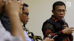 Anggota Komisi III Fraksi PDIP DPR Masinton Pasaribu), dan Ketua Komisi V Fraksi Partai Gerindra Farry Djemi Francis saat Diskusi Forum Legislasi di Jakarta, Selasa (21/8). (Liputan6.com/JohanTallo)