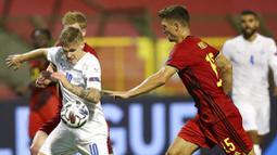 Pemain Belgia, Thomas Meunier, berebut bola dengan pemain Islandia, Arnor Sigurdsson, pada laga UEFA Nations League di Stadion King Baudouin, Rabu (9/9/2020). Belgia menang telak dengan skor 5-1. (AP/Francisco Seco)