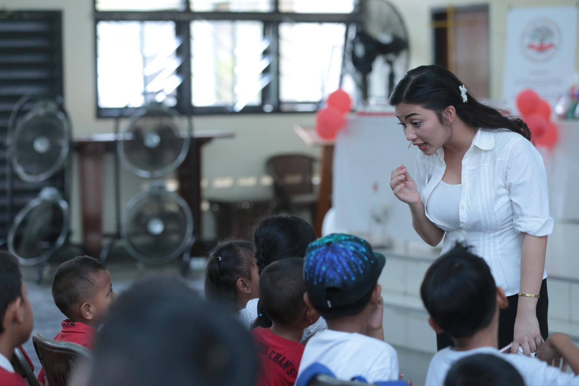 Ariel Tatum merayakan ulang tahun bersama anak-anak kurang mampu dari Yayasan Anak Negeri. Selasa (8/11/2016) acara di gelar di Aula Gereja Paroki Kawasan Rawamangun, Jakarta Timur. (Adrian Putra/Bintang.com)