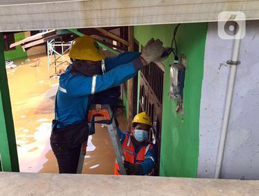 FOTO: Kesibukan Petugas PLN Amankan Jaringan Listrik Saat Banjir