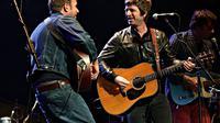 Noel Gallagher dan Damon Albarn (Collegetimes.com)