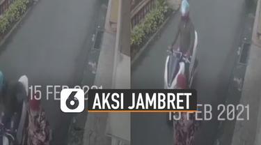 Aksi pria menggunakan sepeda motor menjambret kalung emak-emak di pinggir jalan terekam kamera CCTV.