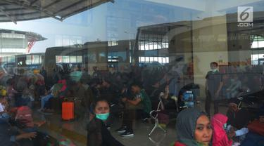 Sejumlah calon penumpang menunggu bus antar kota antar provinsi untuk pulang kampung di Terminal Pulogebang, Jakarta, Sabtu (9/6). Jumlah penumpang yang ada di terminal terpadu Pulogebang terus bertambah. (Merdeka.com/Imam Buhori)