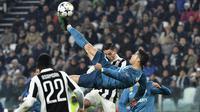 Bintang Real Madrid, Cristiano Ronaldo, melakukan tendangan salto saat melawan Juventus pada laga Liga Champions di Stadion Allianz, Turin, Selasa (3/4/2018). Juventus kalah 0-3 dari Real Madrid. (AFP/Alberto Pizzoli)