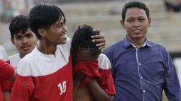 Pemain STIMED Nusa Palapa menangis usai menjuarai Torabika Campus Cup 2017 di Stadion UNM, Makassar, Kamis, (19/10/2017). STIMED Nusa Palapa menang adu penalti atas STKIP Mega Resky. (Bola.com/M Iqbal Ichsan)