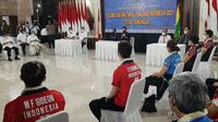 Tim bulu tangkis Indonesia mendengarkan arahan Sekjen PBSI Listyo Sigit Prabowo usai tiba di Bandara Soekarno-Hatta, Senin (22/3/2021). (Liputan6.com/Pramita Tristiawati)