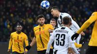 Aksi Cristiano Ronaldo melakukan duel udara kontra Young Boys pada laga lanjutan Liga Champions yang berlangsung di stadion Stade de Suisse, Swiss, Kamis (13/12). Juventus kalah 1-2 atas Young Boys. (AFP/Fabrice Coffrini)