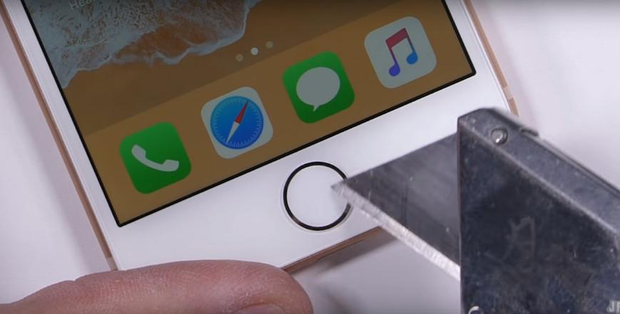 Tombol Home iPhone 8 digores dengan silet (JerryRigEverything/ YouTube)
