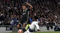 Bek Spurs, Danny Rose menghadang pergerakan David Neres pada leg 1, Semifinal Liga Champions yang berlangsung di Stadion Tottenham Hotspur, London, Rabu (1/5). Ajax menang 1-0 atas Tottenham Hotspur. (AFP/Emmanuel Dunand)