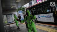 Petugas menyemprotkan cairan disinfektan pada halte di Jalan Jenderal Sudirman, Jakarta, Kamis (19/3/2020). Penyemprotan tersebut dilakukan untuk antisipasi dan pencegahan penyebaran virus corona atau COVID-19 di ruang publik yang banyak digunakan oleh masyarakat. (Liputan6.com/Faizal Fanani)