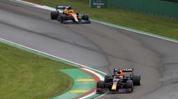 Pembalap Red Bull Max Verstappen dikejar oleh pembalap Mclaren Lando Norris pada ajang balap F1 GP Emilia Romagna di Sirkuit Imola, Italia, Minggu (18/4/2021). Max Verstappen keluar sebagai juara diikuti Lewis Hamilton dan Lando Norris. (AP Photo/Luca Bruno)