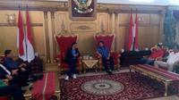 Gubernur Sulawesi Selatan, Syahrul Yasin Limpo (duduk-kanan) saat bertemu perwakilan PSSI. (Bola.com/Abdi Satria)