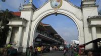 Pasar Klewer pusat distribusi batik ke banyak kota.