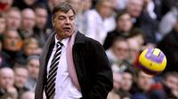 Sam Allardyce manager of Newcastle attempts to kick the ball during the Premier league football match against Sunderland at The Stadium Of Light , Sunderland, north-east England, 10 November 2007. AFP PHOTO/ANDREW YATES